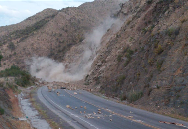 Bloqueadores usan dinamita para impedir tránsito vial