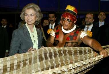 Foto de 2003 de la reina Sofía con el cacique Aritana. Foto AFP