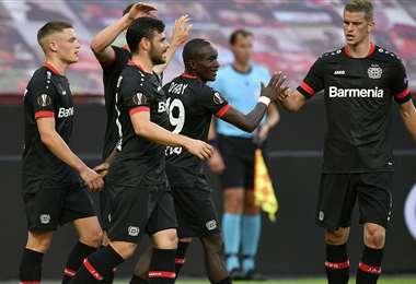 Los jugadores del Bayer Leverkusen celebrando la victoria. Foto: AFP