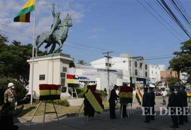 Los actos iniciaron en el monumento a Simón Bolívar.Fotos: Fuad Landívar.