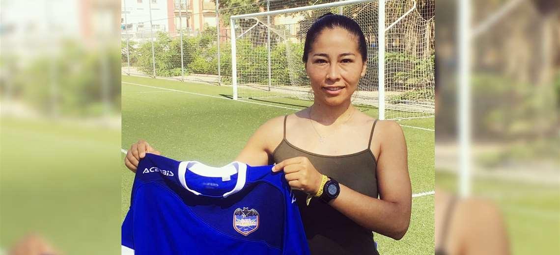 Erika Salvatierra luciendo la camiseta del C.F.F Maritim. Foto: C.F.F Maritim
