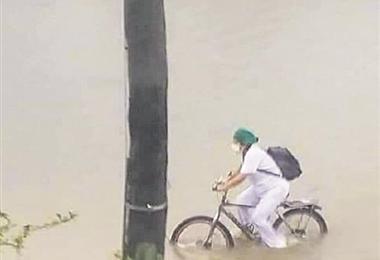 Mary Luz Salazar Gonzales, la enfermera que se hizo viral por transitar en plena lluvia en su bicicleta.