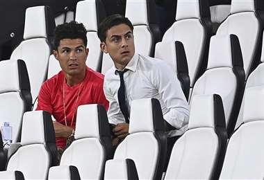 Cristiano Ronaldo y Paulo Dybala observando un partido de la Serie A. Foto: AFP