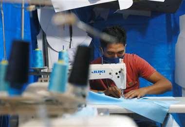 Pedro Cerdano se dedica a la confección de prendas de jeans. Foto: Jorge Uechi