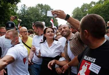 Svetlana Tijanóvskaya rodeada de seguidores. Foto Internet