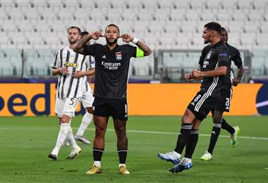 El particular festejo de Depay, que anotó este viernes de penal ante Juventus. Foto: AFP