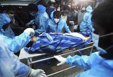 Una pasajera es socorrida por los médicos después del accidente. Foto AFP