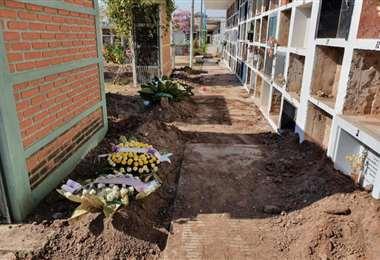 La gente entierra a sus muertos en cualquier sitio del cementerio. Foto Página 12