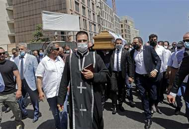 Miembros del partido libanés Kataeb llevan el ataúd del secretario general de su partido, Nazar Najarian, muerto por la explosión. Foto AFP