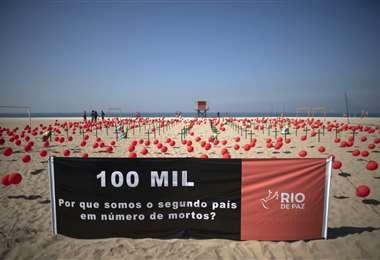 Homenaje a las víctimas mortales del coronavirus en la playa de Copacabana en Río de Janeiro. Foto AFP