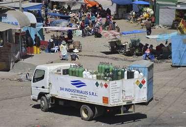 Un camión con oxígeno pasa un punto de blqueo (APG Noticias)