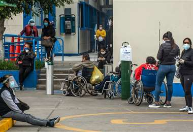 Pacientes esperan en un hospital de Lima. Foto Internet