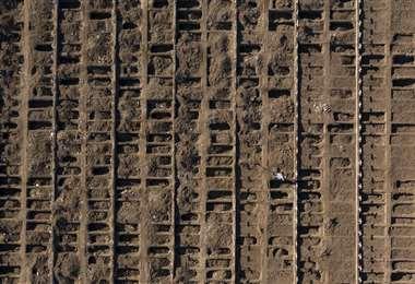 Vista aérea de nuevas tumbas en el Cementerio General de Santiago. Foto AFP