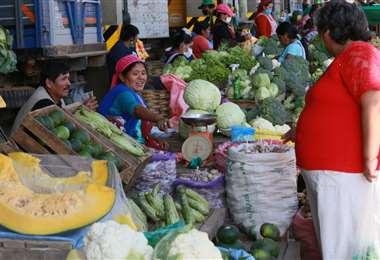 La oferta de verduras y frutas en los mercados cruceños aún no registra una merma pese al cierre de las vías (Foto: Jorge Uechi)