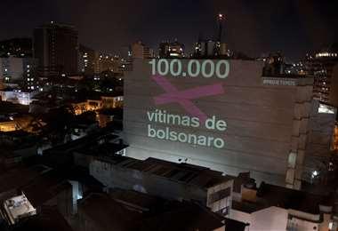 Una proyección en un edificio de Río en honor a las 100.000 víctimas que murieron del nuevo coronavirus en Brasil. Foto AFP