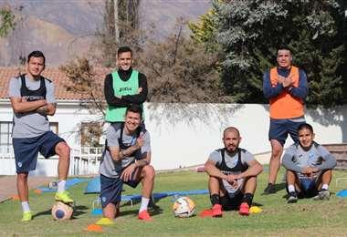 Jugadores de Bolívar posan para la foto previo a una jornada de trabajo en Mecapaca. Foto: club Bolívar