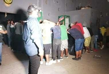 Momento en el que son arrestadas las personas que estaban en la casa de prostitución