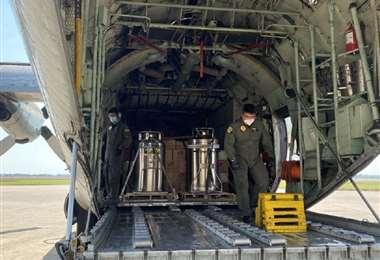 El Gobierno trasladó 33 toneladas de tubos vacíos, además de aproximadamente 25 toneladas de alimentos y casi la misma cantidad de medicamentos./Foto: ABI