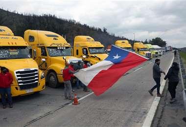 Camioneros mantienen el bloqueo en la carretera 68. Foto AFP