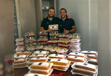 Quintanilla (dcha.) mostrando sus productos. Foto: Internet