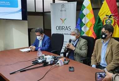 Las autoridades del Gobierno confirman inicio de la iluminación de la fibra óptica.