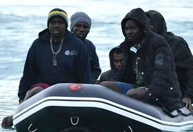 Migrantes en medio del mar. Foto Internet