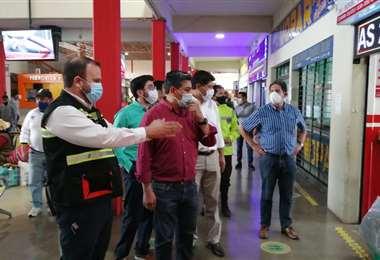 Linares (centro) inspecciona la medidas de seguridad implementadas en la termina de buses