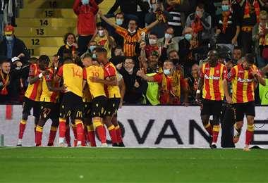 El festejo de los jugadores del Lens y de su hinchada. Foto: AFP