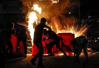 manifestantes incendian una barricada en Cúcuta, el jueves. Foto AFP