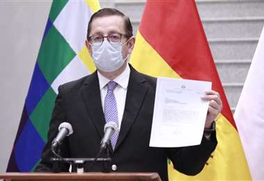 El ministro de Economía, Óscar Ortiz en conferencia de prensa.