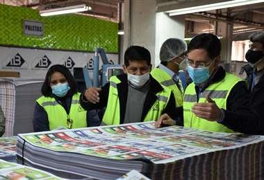 El presidente del TSE visita la imprenta donde se imprimen las papeletas electorales.