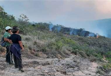 El fuego tiene en alerta a vecinos de la zona