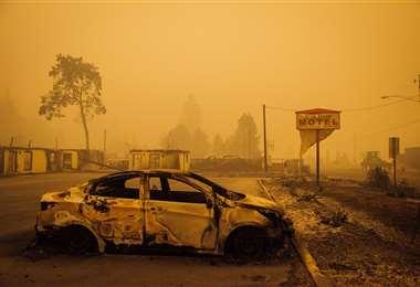 Un vehículo calcinado por las llamas en Oregon. Foto AFP