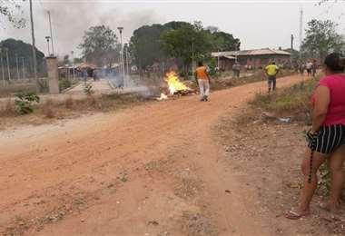 Luego de pasear el cuerpo por la plaza, la gente del lugar le prendió fuego