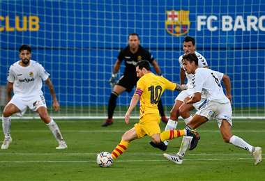 Messi remata ante la marca de defensores del Nastic. Foto: AFP