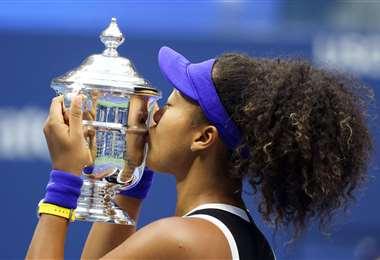 La celebración de Osaka con el trofeo de campeona del US Open. Foto. AFP