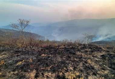 La mayor parte del fuego avanza entre cerros y montañas