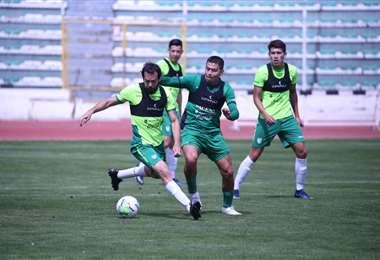 Sánchez y Saucedo en el duelo. Ambos de la selección, que entrena en La Paz. Foto: FBF