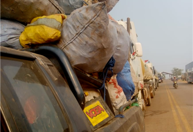 Largas filas de vehículos se encuentran varados en Ascensión. Foto. Desther Agreda.