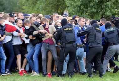 Agentes de la Policía intentan detener a manifestantes bielorrusos en Minsk. Foto. AFP