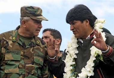 El excomandante junto a Evo Morales I AFP.