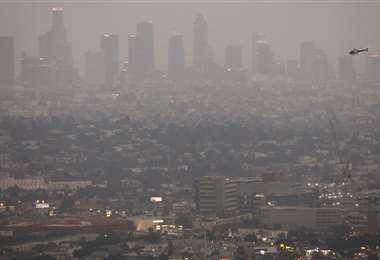 Los Ángeles cubierta de humo. Foto AFP