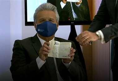 El mandatario Moreno recibe su documento. Foto El Universo