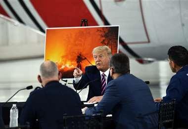 Trump habla con funcionarios de Sacramento sobre los incendios. Foto AFP