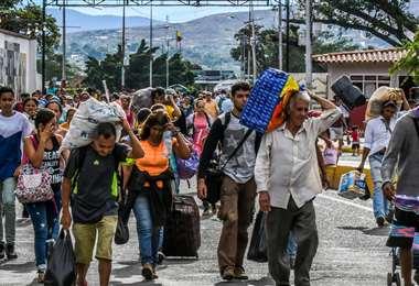Venezolanos ingresando a Colombia por el paso fronterizo. Foto Internet