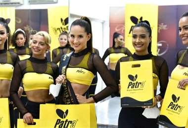 María José Hurtado, miss Deporte Patra, al centro, con las otras cuatro finalistas