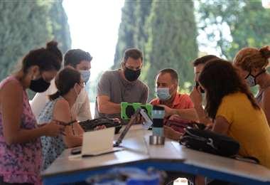 Profesores con barbijos en una escuela de Sevilla. Foto AFP