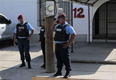 Policías hacen guardia fuera del canal de TV. Foto AFP