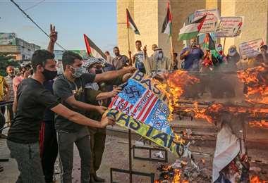 Palestinos queman banderas de Israel y Estados Unidos en Gaza. Foto AFP