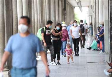 Gente en una calle peatonal de Ciudad de Guatemala. Foto Internet